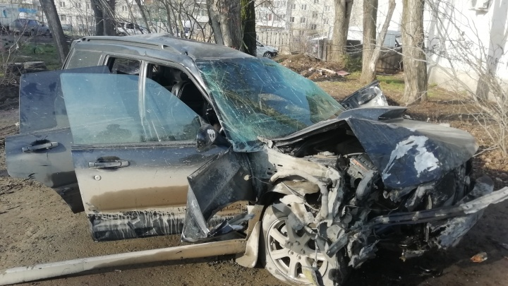 На Уралмаше женщина на Subaru врезалась в дерево и погубила своего пассажира