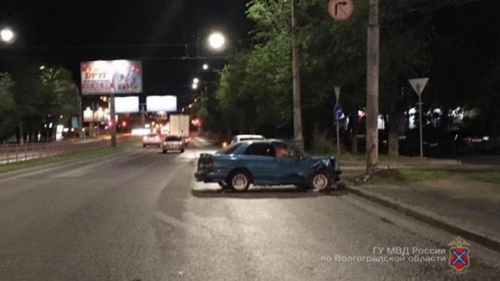 На юге Волгограда иномарка влетела в столб из-за пешехода-нарушителя