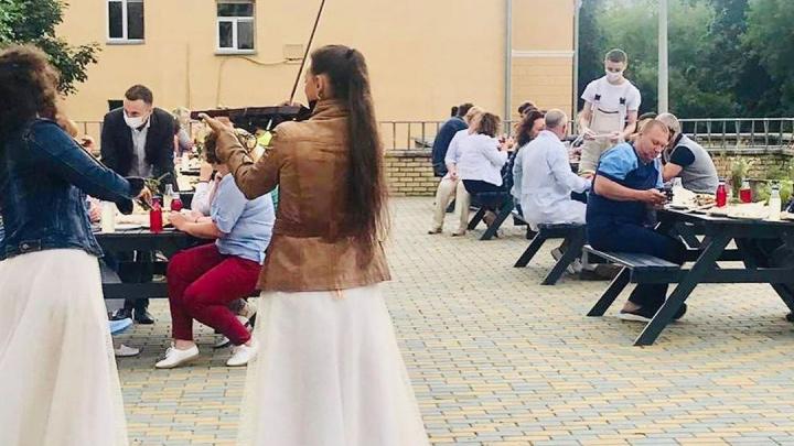 «О работе старались не говорить»: врачам больницы № 5 устроили сюрприз «с яствами и музыкой»