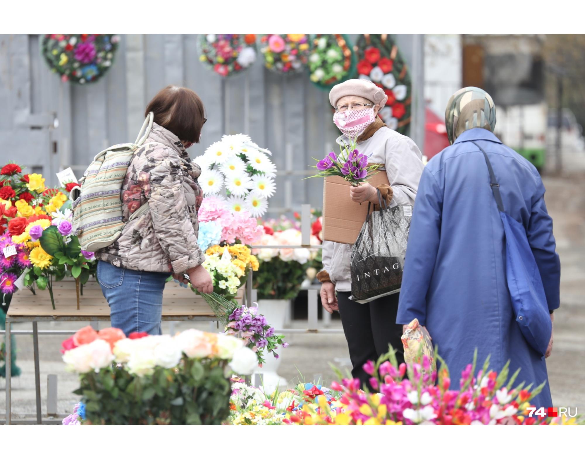 Около кладбища идёт активная торговля искусственными цветами
