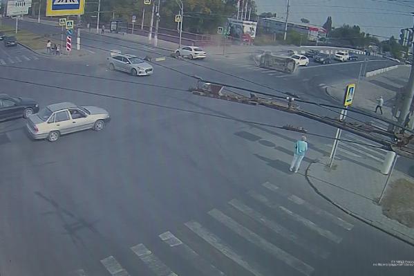 Пять иномарок столкнулись на перекрестке