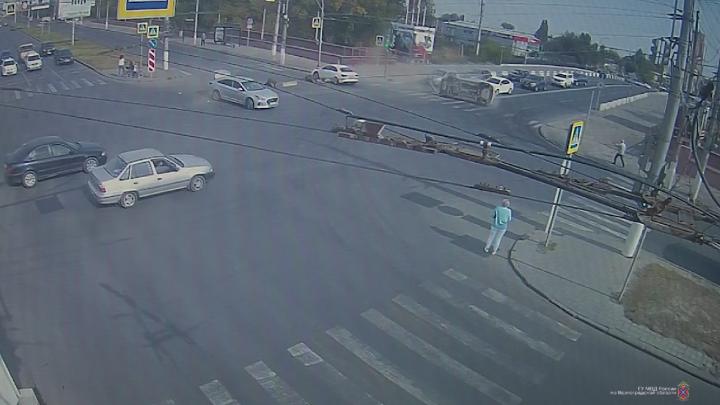 В Краснооктябрьском районе Волгограда столкнулись пять иномарок — видео массовой аварии