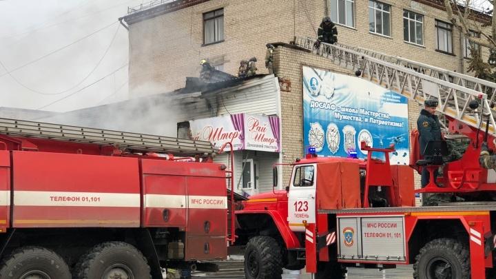Огонь перекинулся с ларька: на Ямской загорелось здание старейшей автошколы