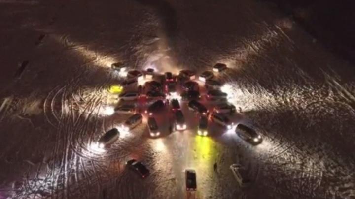 Новосибирцы составили из 30 машин новогоднюю снежинку и сняли ее с высоты