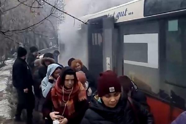 Из-за поломки пассажирам пришлось эвакуироваться из автобуса