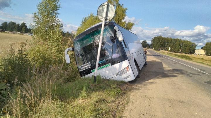 В Ярославской области автобус с пассажирами съехал в кювет