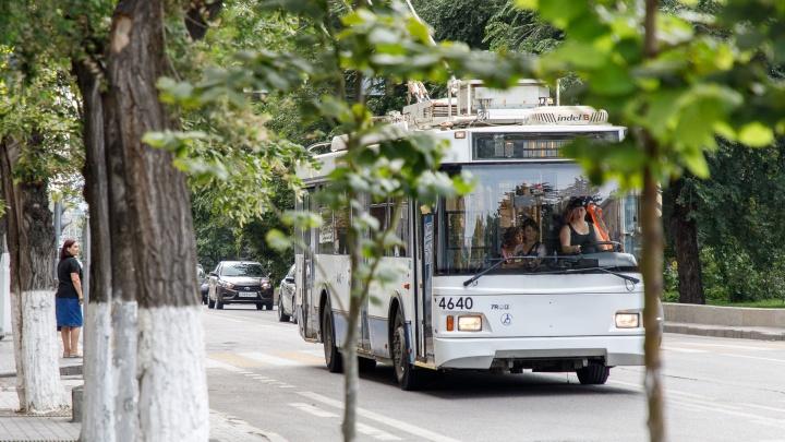«Ударили ногой в живот за просьбу надеть маску»: в Волгограде жестоко избили женщину — кондуктора троллейбуса
