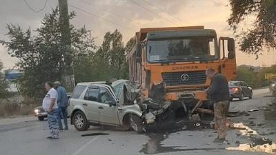 «Двое погибших, трое раненых»: в Волгограде грузовик раздавил Land Rover