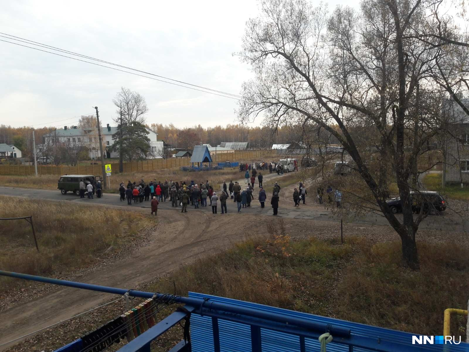 Жители вышли на улицу, чтобы проводить погибших в последний путь