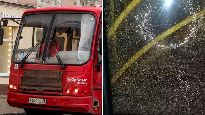 «Думали, что-то взорвалось»: в Ярославле обстреляли две маршрутки с пассажирами