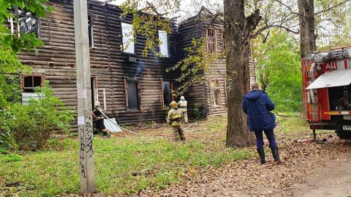Прожжённое место: в Ярославле снова стали гореть старые дома в районе, где идёт застройка