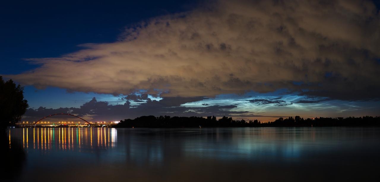 Высота таких облаков может достигать 85 километров. Именно в зоне серебристых облаков атмосфера непосредственно встречается с космосом