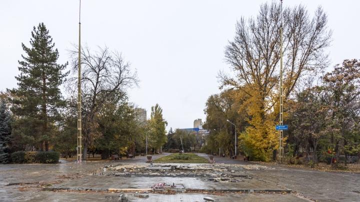 Пустынная площадь и горка плитки: в центре Волгограда «обезглавили» разорившийся Горсад