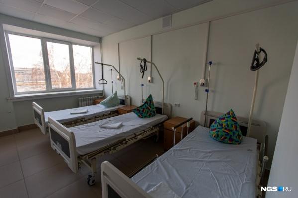 Оказывается, почти половина койко-мест, выделенных в Новосибирске под размещение больных с коронавирусом и подозрением на него, сейчас свободна