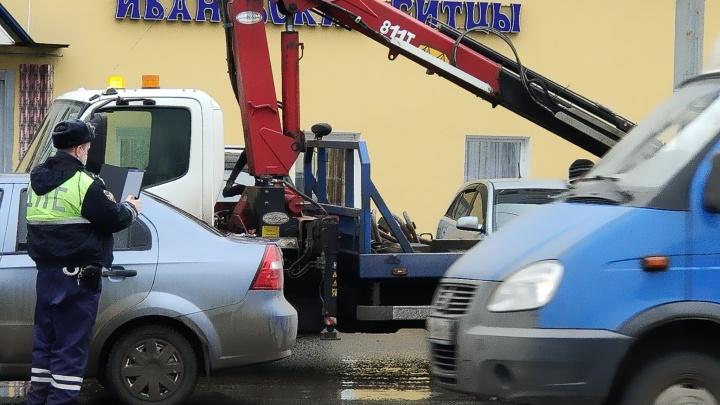 Кто виноват в этом безобразии? С улицы Победы в Ярославле эвакуировали парковщиков вторым рядом