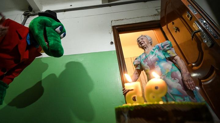 Волонтеры и крокодил Гена в День Победы поздравили екатеринбургского ветерана с 95-летием