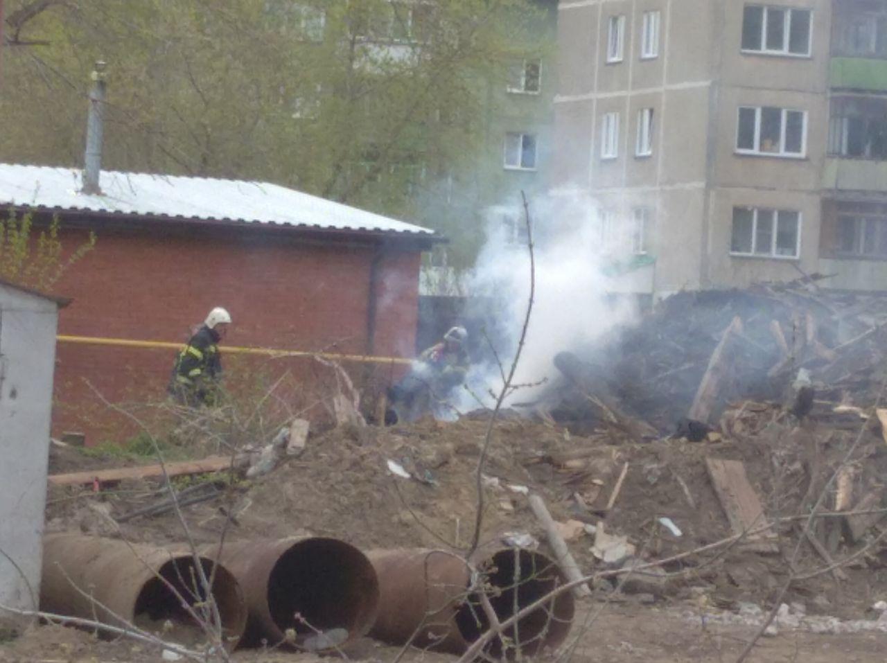 Пожарные занимаются тушением