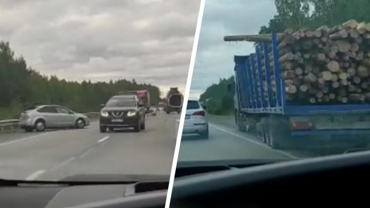 На ЕКАД иномарка столкнулась с тягачом, перевозившим бревна
