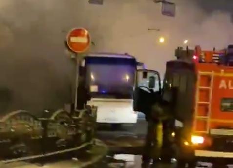 «Не горит, а полыхает»: в центре Ярославля загорелся автобус. Видео
