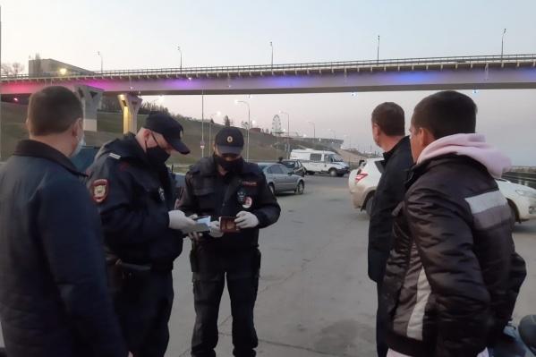 Несмотря на режим самоизоляции, волгоградцы массово собираются под мостом через Волгу