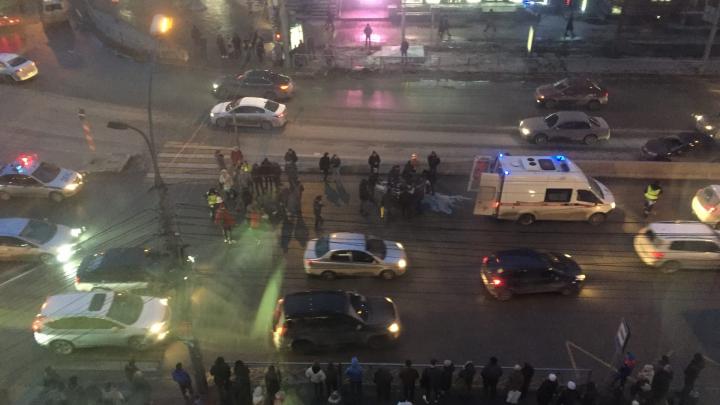 «Люди начали ломиться в машину»: иномарка сбила двух пешеходов на площади Калинина