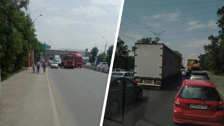 Большевистская и Бердское шоссе встали в семикилометровую пробку — ситуацию осложнила авария с грузовиками