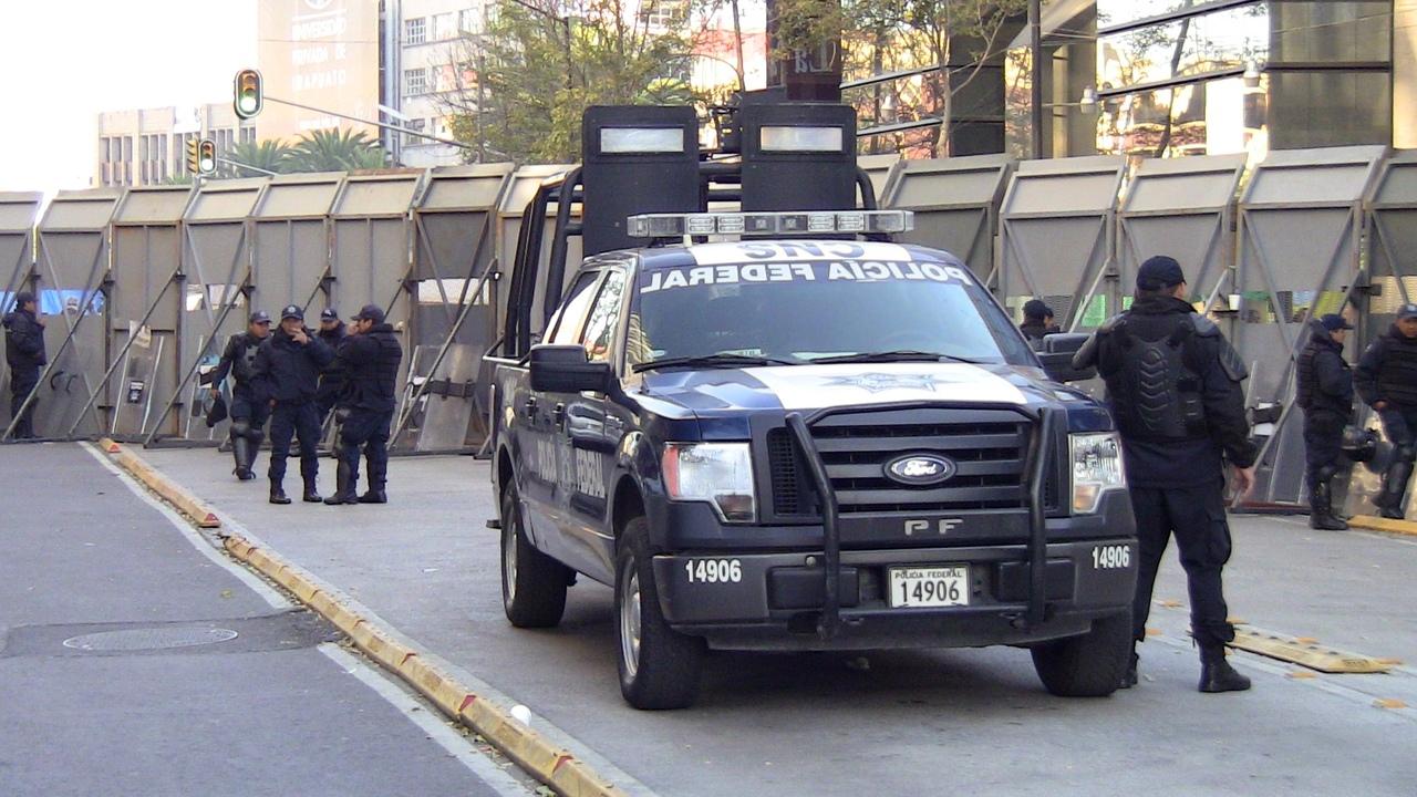 Полиция сдерживает революционеров