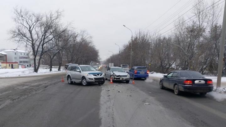 Внедорожник въехал в легковушку в Ленинском районе — пострадали ребенок и женщина