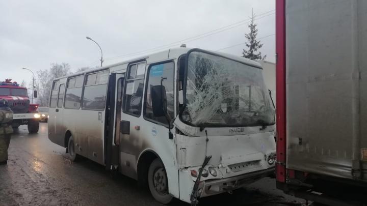 Под Екатеринбургом пассажирский автобус въехал в грузовик, есть пострадавшие