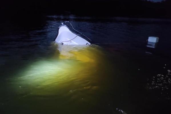 — Борт катера пробит насквозь, — сообщил директор центра гражданской защиты Тольятти Андрей Дербенев