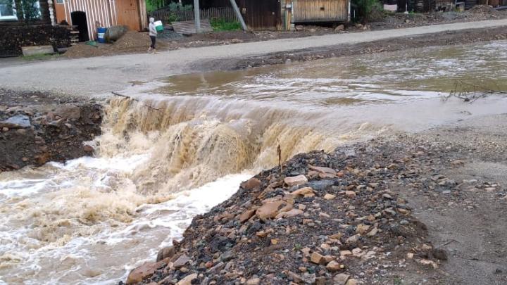 В Нижних Сергах после потопа река снова размыла автомобильную переправу