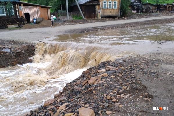Отсыпанные переправы не справились с новыми потоками воды
