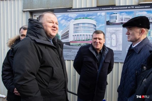 Имя Артура Никитина (в центре) часто звучало во время подготовки к саммитам ШОС и БРИКС. Он обещал Борису Дубровскому (справа) к международным мероприятиям достроить здание на Васенко