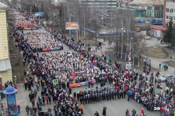 """В прошлые годы «Бессмертный полк» собирал на Троицком проспекте <a href=""""https://29.ru/text/gorod/66083569/"""" target=""""_blank"""" class=""""_"""">несколько десятков тысяч участников</a>. В 2020 году он пройдёт онлайн"""
