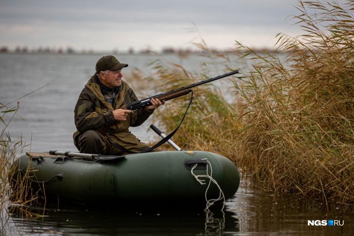 Быть настоящим охотником — удовольствие не из дешевых. Надо купить оружие (его привозят из Италии, иногда из Турции, многие предпочитают отечественное), лодку, перчатки, термобельё, охотничий костюм. Так набегают приличные суммы