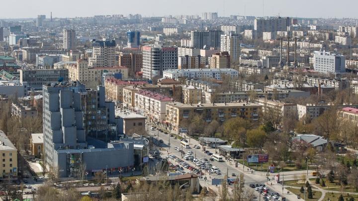 «Змейку мы в автошколе сдавали»: на Первой Продольной в Волгограде водители уворачиваются от разрушенных люков