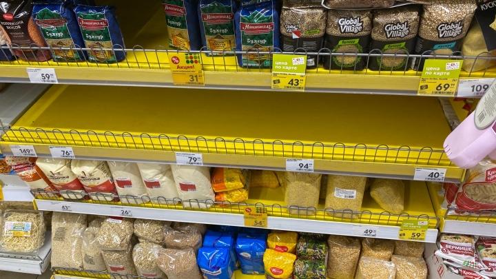 Ярославцев охватила коронавирусная паника: в магазинах раскупают гречку и макароны