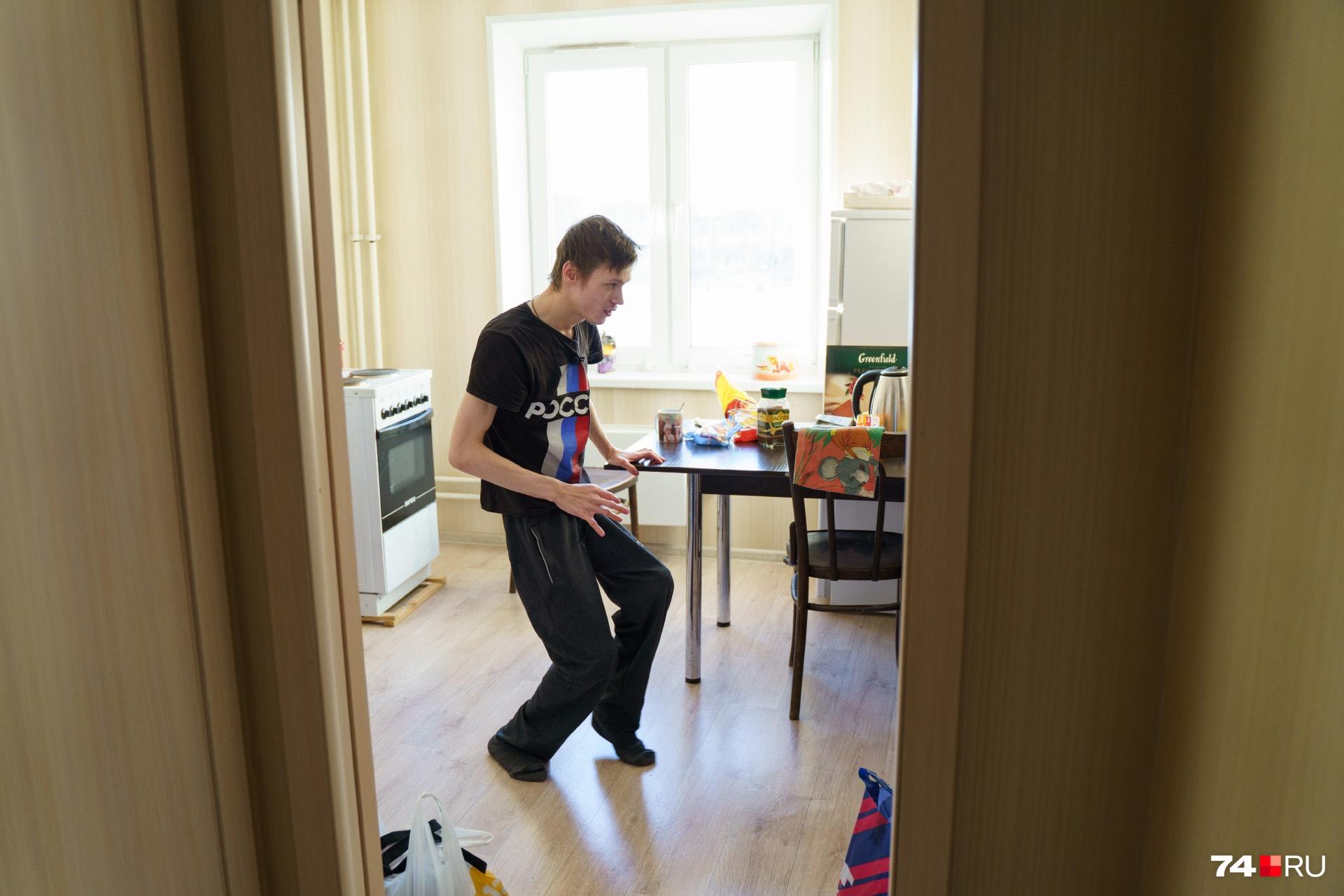 Олег с трудом передвигается по квартире, но всю работу по дому выполняет сам: моет посуду, убирается, готовит что-то несложное — почистить картошку уже непосильная задача<br>