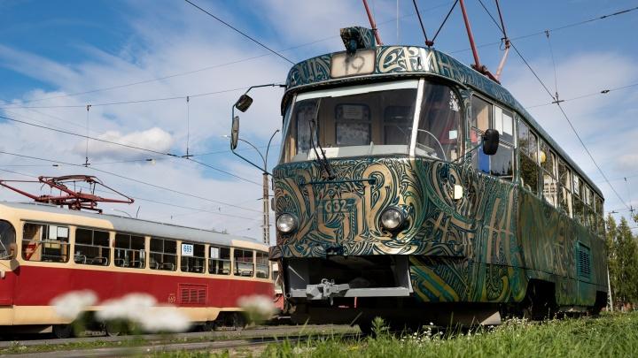 В Екатеринбурге появился золотой трамвай. Показываем его со всех сторон
