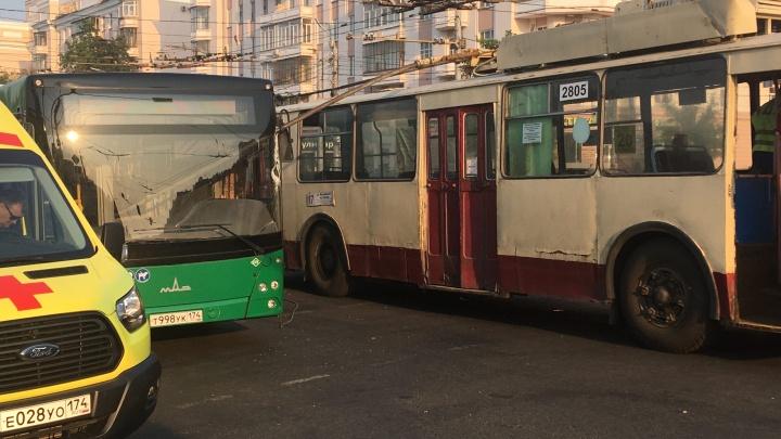 Злой «рог»: штанга троллейбуса пробила окно автобуса в Челябинске, на место ДТП приехала реанимация