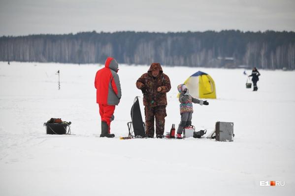 Некоторые приехали на рыбалку целыми семьями, с женами и маленькими детьми