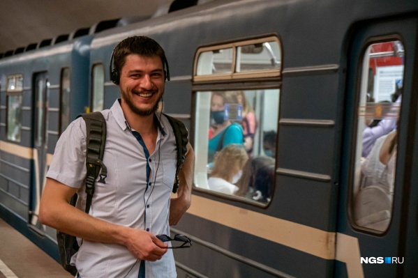 Многие новосибирцы надевают маски перед турникетом и снимают их на эскалаторе