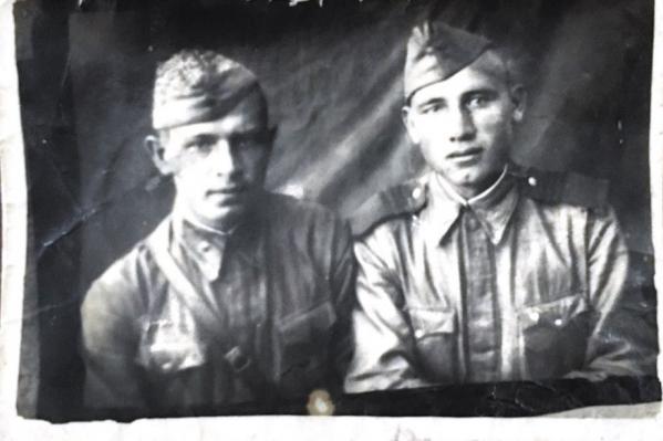 Фотографировались солдаты между делом на станции Чапаевск
