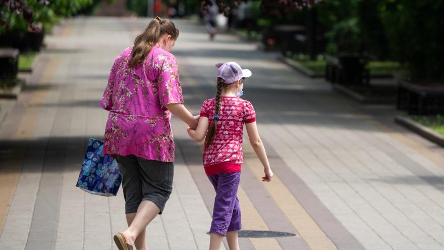 «Полтора года дочь не видел»: челябинка заявила, что бывший муж обставил её с путинским пособием