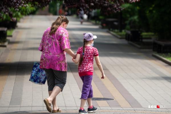 Российские семьи в июне получили выплаты по 10 тысяч рублей на каждого ребёнка, в июле родители снова могут рассчитывать на помощь от государства