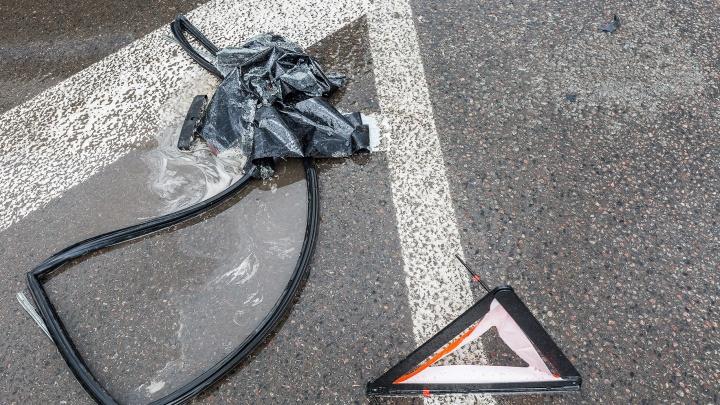 «Женщину увезла скорая»: в Волгограде маршрутка № 15с на полном ходу врезалась в грузовик