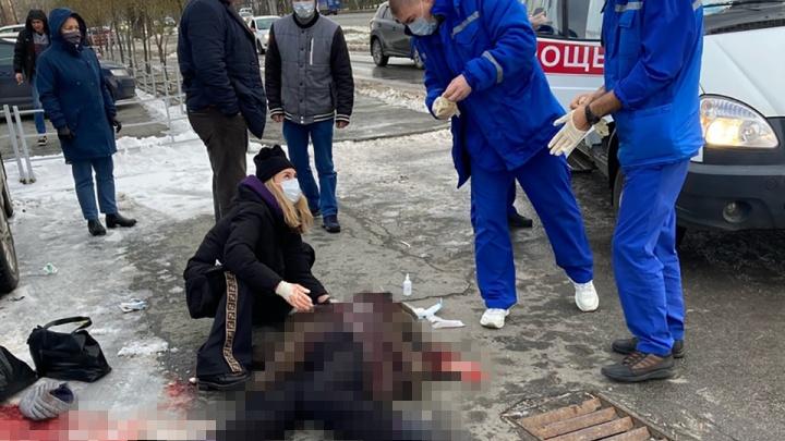 Челябинка покончила с собой на оживленной улице, случайные прохожие пытались ее спасти