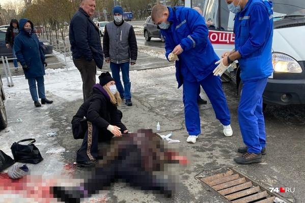 Свидетели случившегося пытались помочь женщине, вызвали скорую, но все усилия оказались тщетными
