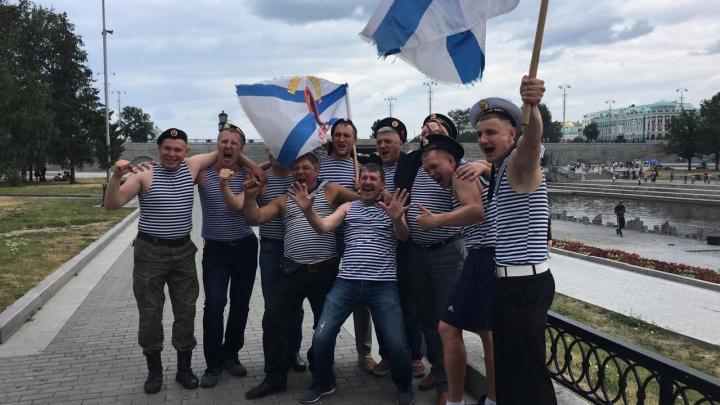 Колонны с флагами и мужчины в тельняшках: как в Екатеринбурге отметили День ВМФ