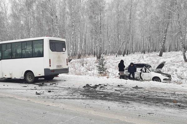 После столкновения с маршруткой «Лада» вылетела в кювет